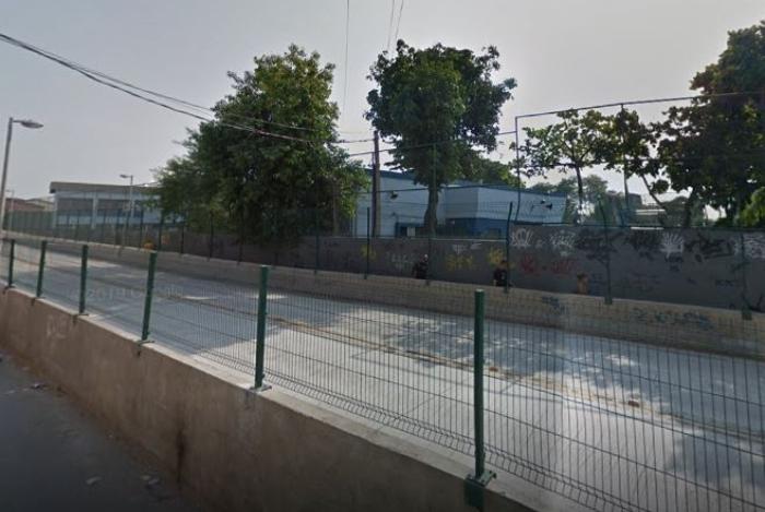 1 02222 14240432 - Estudante faz professora refém usando granada em escola