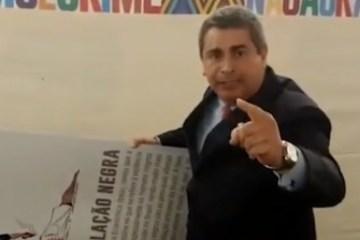 Deputado do PSL quebra placa de genocídio negro na Câmara – VEJA VÍDEO
