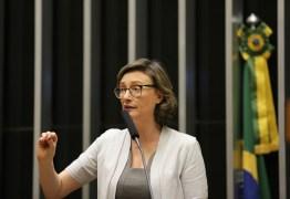 Maria do Rosário doa indenização paga por Bolsonaro a instituição que combate violência contra mulher