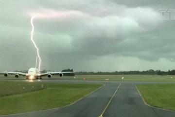 Câmera flagra momento em que raio cai próximo a avião na Nova Zelândia