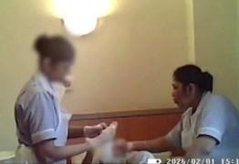 Cuidadoras são presas após serem flagradas agredindo idosa de 94 anos; VEJA VÍDEO