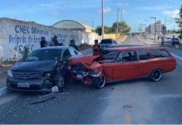 Cinco pessoas ficam feridas em colisão com carro antigo de exposição