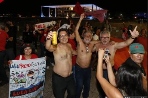 Capturar6 2 - Apoiadores de Lula fazem festa e oferecem cachaça em frente ao Supremo