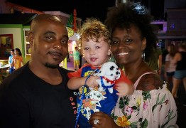 'A polícia era chamada várias vezes, achavam que tínhamos sequestrado ele': Casal que adotou criança branca sofre com preconceito