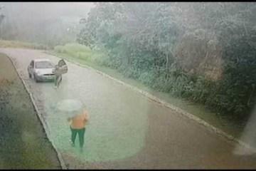 Homem pelado sai de um carro e tenta atacar mulher – VEJA VÍDEO