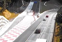 SEM CONTROLE: motorista de caminhão usa área de escape para evitar acidente