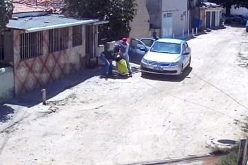 Câmera de segurança flagra dois homens espancando mulher na Zona Sul do Recife – VEJA VÍDEO
