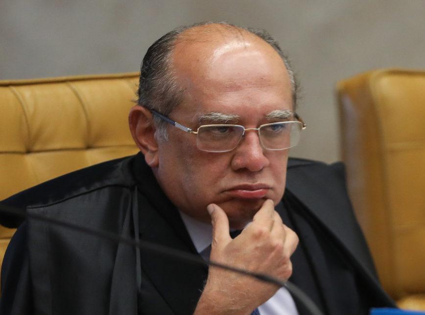 gilmar mendes mao no queixo 868x644 - Justiça mantém indenização a juiz xingado de 'estrupício' por Gilmar Mendes