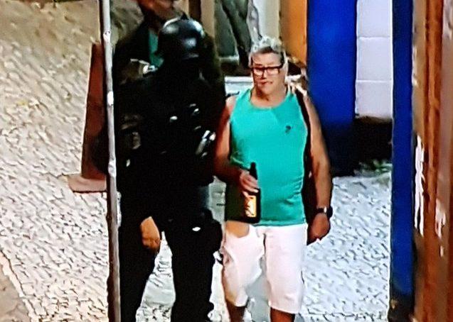 homem rio e1575070292970 - Sequestro em bar: depois de horas feito de refém, homem sai com expressão tranquila e segurando cerveja - VEJA VÍDEO