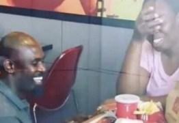 Após pedido de casamento em fast-food ser discriminado por 'pobreza', casal recebe ajuda de mais de 120 empresas – VEJA VÍDEO