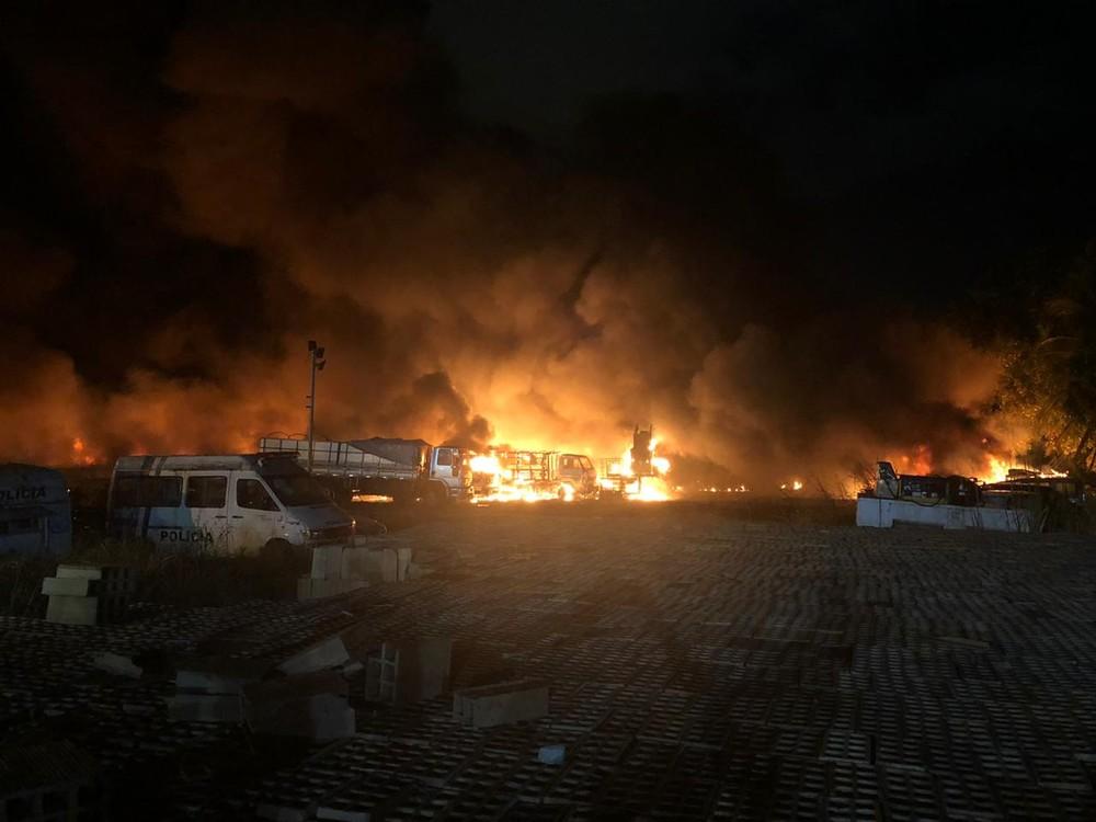 whatsapp image 2019 11 12 at 21.41.39 - Incêndio atinge depósito de carros da Polícia Militar em Recife; VEJA VÍDEO