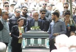 Corpo de Gugu Liberato é enterrado sob aplausos e muita emoção