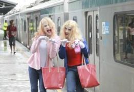 Artistas de rua fazem sucesso como as personagens do filme 'As Branquelas' – VEJA VÍDEO