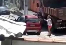 CRIME: enteado atira à queima-roupa contra madrasta durante briga; VEJA VÍDEO