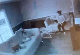 Mãe toma susto ao ver 'fantasma' cuidando dos filhos na babá eletrônica