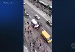 FLAGRA: Dezenas de pessoas saqueiam van em plena luz do dia