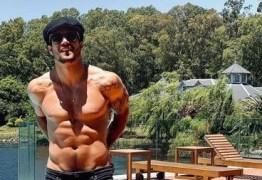 Sem camisa, Caio Castro ganha comentário de Grazi e anima fãs: 'Das minhas'