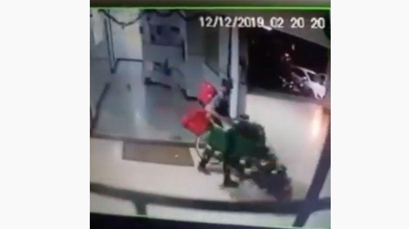 NATAL - Homem invade prédio e furta árvore de Natal - VEJA VÍDEO