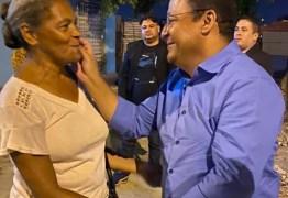 Nilvan Ferreira participa da posse do novo presidente da Associação de Moradores do Colinas do Sul e é abraçado pela população