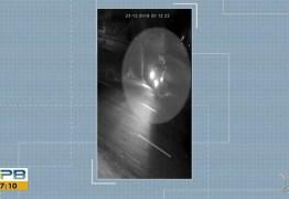 Câmera flagra dupla em moto assaltando motorista em Campina Grande – VEJA VÍDEO