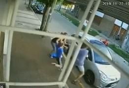 """Menino surpreende e dá uma """"bicuda"""" em assaltante de carro para defender a mãe – VEJA VÍDEO"""