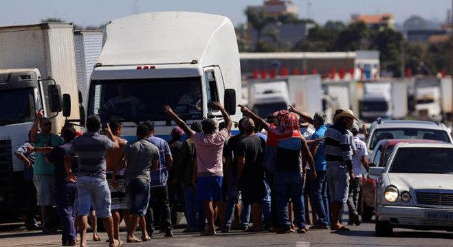caminhoneiros 08082018175653877 - PARALISAÇÃO: Caminhoneiros prometem greve nacional e se dizem traídos por Bolsonaro; VEJA VÍDEO