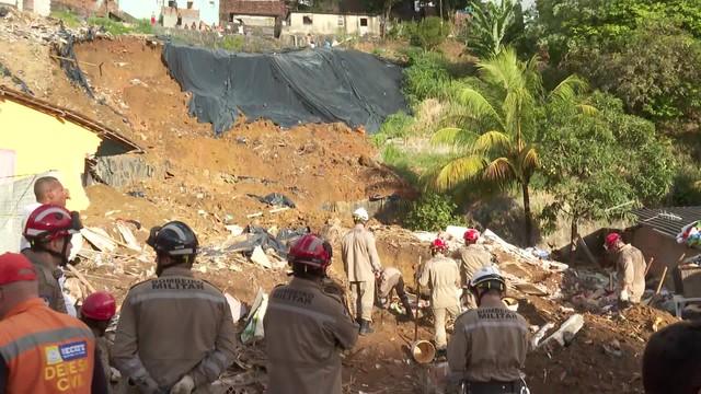 desabamento bombeiros - Deslizamento de barreira deixa cinco mortos, três feridos e dois desaparecidos no Recife