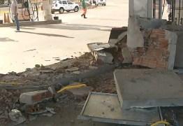 Grupo usa caminhão para derrubar parede e roubar cofre de posto de combustível, na PB
