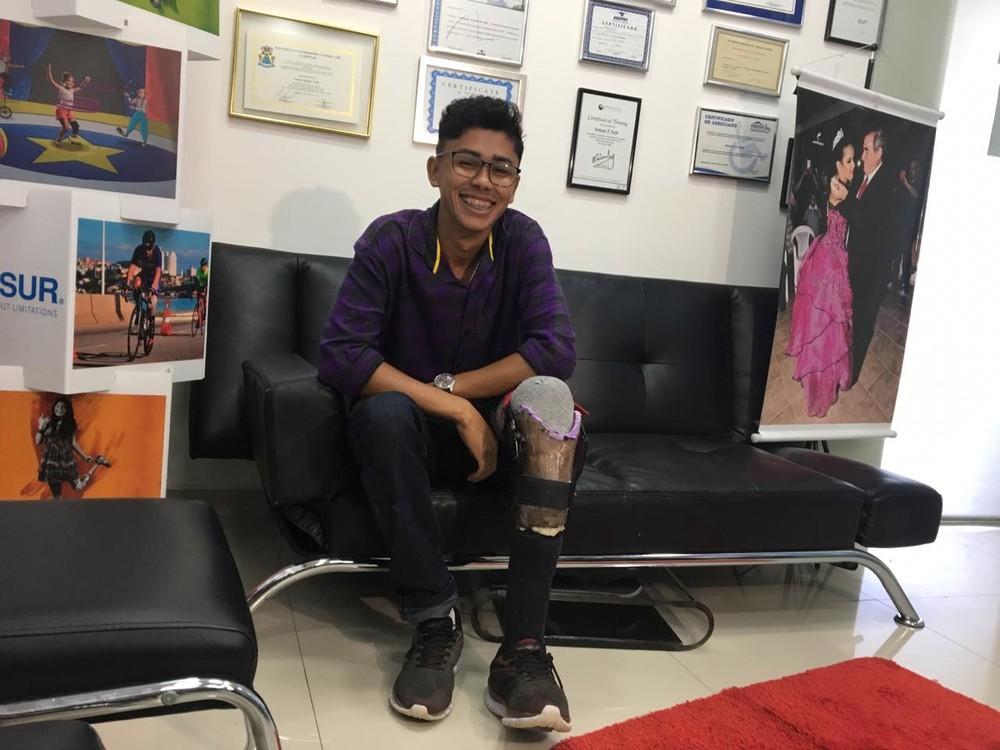 protese sor - R$40 E CRIATIVIDADE: Jovem que fez perna com sucata de bicicleta ganha prótese