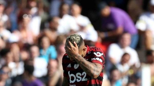 x86066393 santos sp 8122019santos flamengoo jogador gabriel se lamenta partida entre santos.jpg.pagespeed.ic .zRFYVbD1uT 300x169 - Flamengo perde para o Santos por 4 a 0, após 29 jogos invíctos