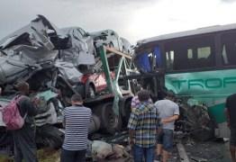 Acidente entre ônibus com paraibanos e caminhão-cegonha deixa mortos em MG