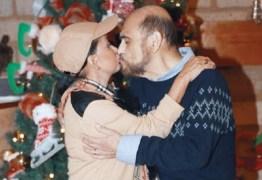 Atores que interpretaram Chiquinha e Seu Barriga são vistos aos beijos
