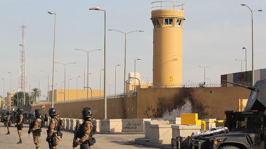 2jan2019 forcas antiterrorismo do iraque fazem a seguranca da embaixada dos eua em bagda 1578258309020 v2 900x506 - Embaixada dos Estados Unidos em Bagdá é atingida por foguete