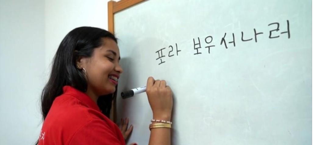 """3 - Aluna prega peça no Jornal Hoje e escreve """"Fora Bolsonaro"""" em coreano"""
