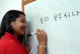 """Aluna prega peça no Jornal Hoje e escreve """"Fora Bolsonaro"""" em coreano"""