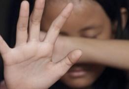 Mulher é presa após espancar a filha de 6 anos que fez xixi na cama enquanto dormia