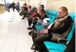 Passageiro urina em saguão de aeroporto enquanto aguarda embarque