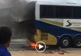 Ônibus do Atlético de Cajazeiras pega fogo na BR-230 a caminho de João Pessoa – VEJA VÍDEO