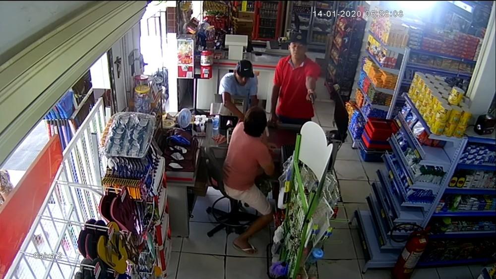 assalto padaria mangabeira  - Dois homens compram pão e em seguida assaltam padaria em Mangabeira - VEJA VÍDEO