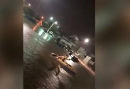 ROLÊZINHO DE CAIAQUE: Morador de Sousa improvisa para poder se locomover após fortes chuvas – VEJA VÍDEO
