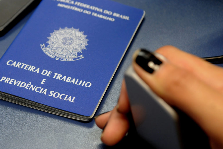 carteira trabalho tony winton 768x512 - Brasil perde mais de 860 mil empregos formais em abril