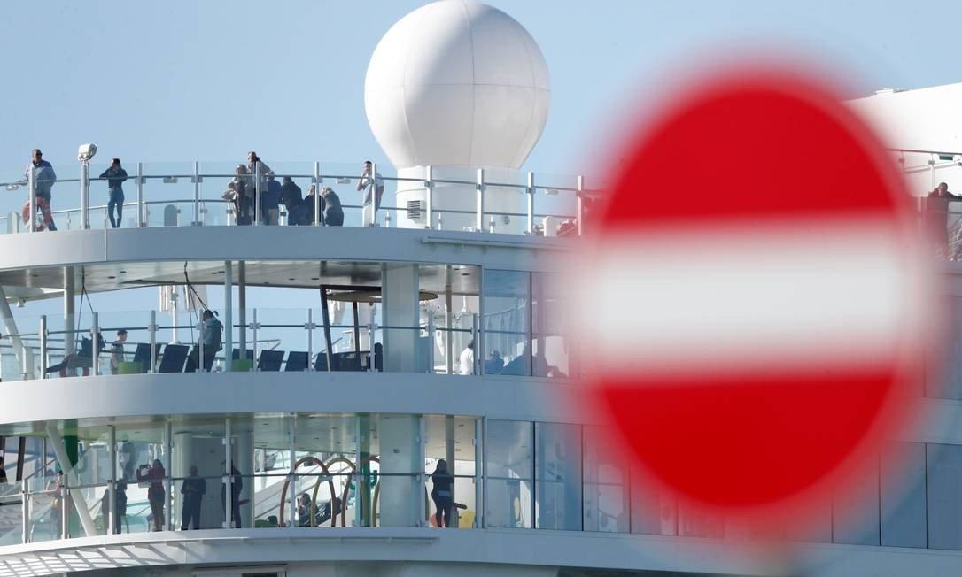 cruzeiro italiano coronavirus - MEDO DO CORONAVIRUS: Cruzeiro com 7 mil pessoas é bloqueado em porto da Itália