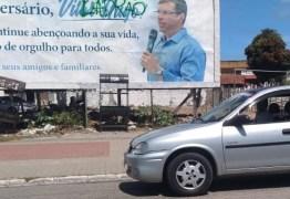 'LADRÃO': câmeras de segurança flagram dois homens pichando outdoor em homenagem ao aniversário do Prefeito Vitor Hugo – VEJA VÍDEO