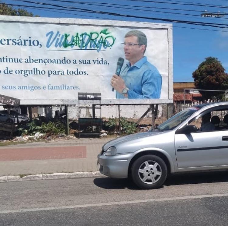 dcf6a334 26d2 4129 b70b c7cc0420d294 - 'LADRÃO': câmeras de segurança flagram dois homens pichando outdoor em homenagem ao aniversário do Prefeito Vitor Hugo - VEJA VÍDEO