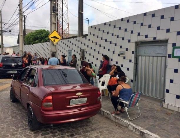 escolas 300x231 - Para garantir vaga de filhos, pais dormem em fila desde o réveillon, em João Pessoa