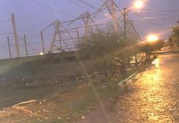 Estrutura metálica de quadra esportiva desaba devido as fortes chuvas em Patos