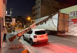 Caminhão arrasta fiação e poste cai em cima de carro, em Campina Grande