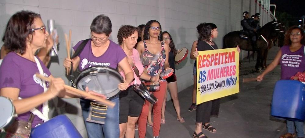 protesto bruno2 - Mulheres protestam em frente a estádio contra a contratação do goleiro Bruno por time de MT