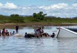 Caminhão cai em rio e moradores nadam e usam barco para saquear carga de carne
