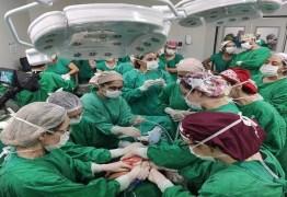 Bebê nasce com tumor maior que a cabeça e mobiliza 50 profissionais da saúde